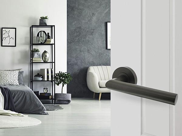 De nieuwe trend, stijlvolle deurkrukken in antracietgrijs