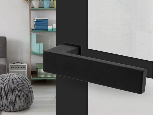 Modern vormgegeven zwarte deurkruk met minimalistisch rozet